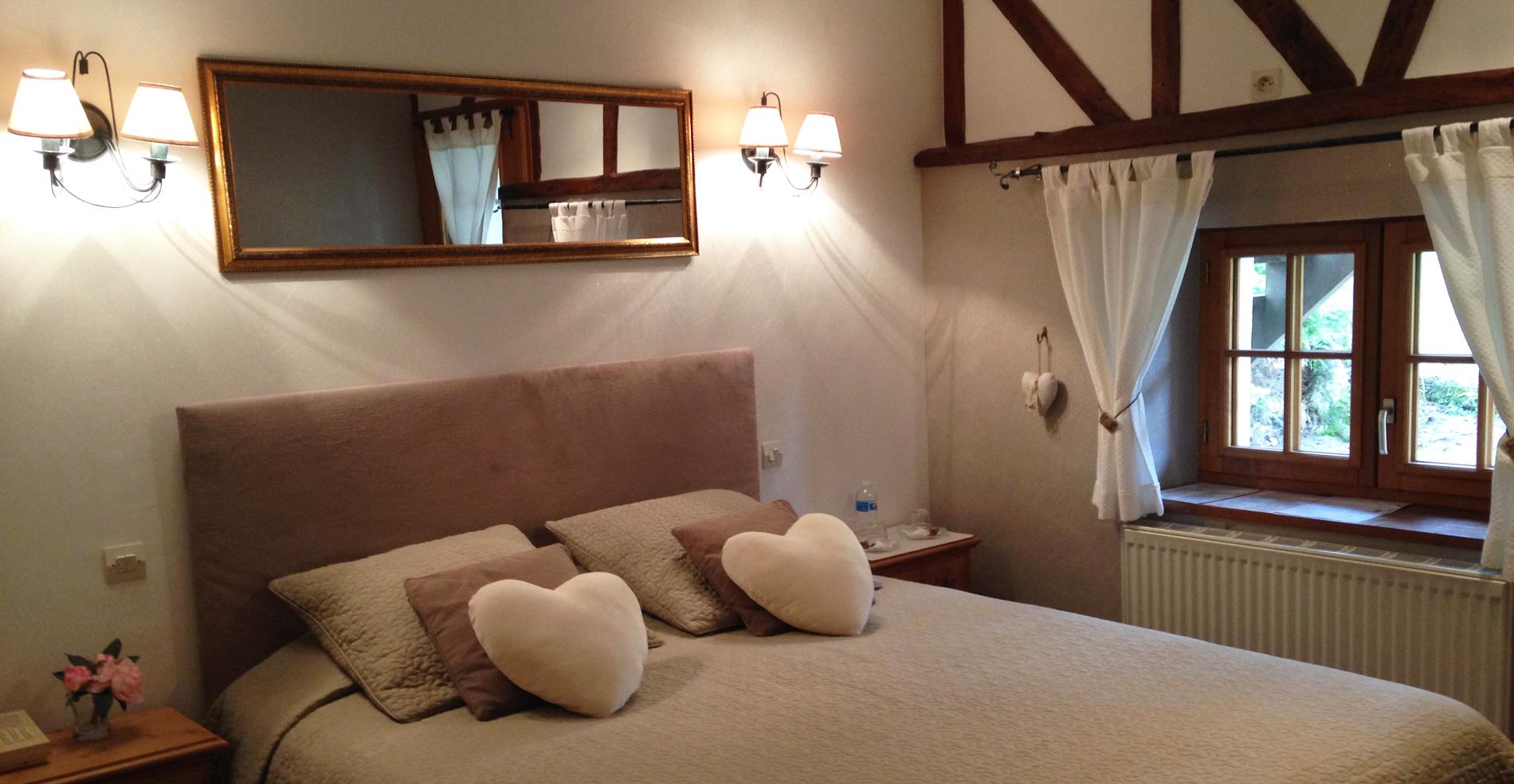 Chambre avec lit double de l'hotel ferme des chartroux
