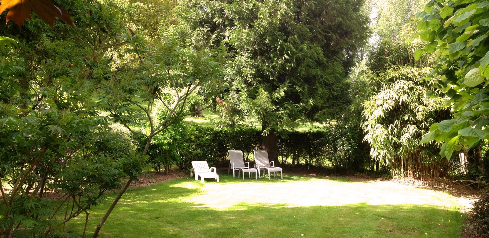 Jardin clos et privatif pour les clients de l'hôtel de la Ferme des Chartroux