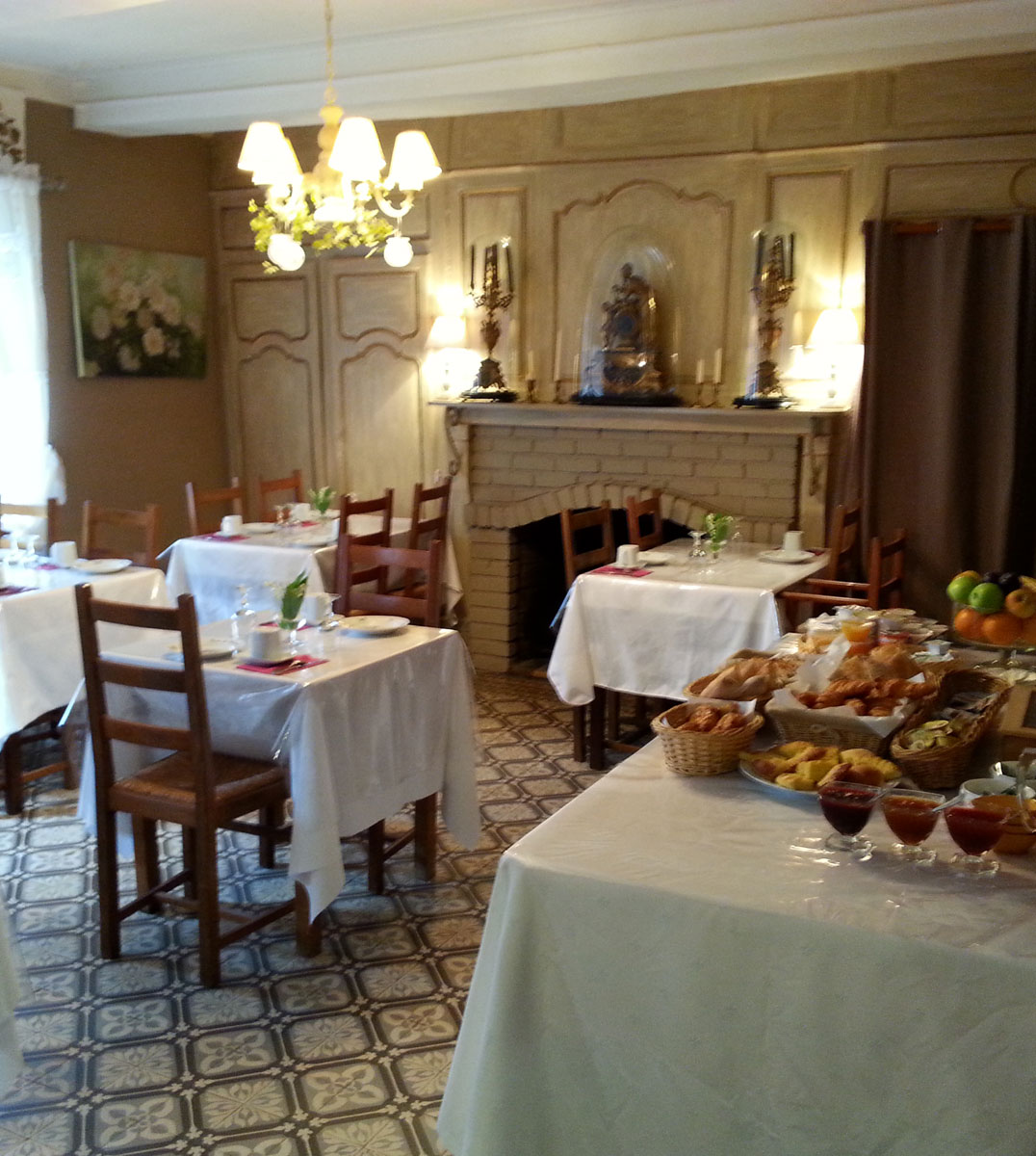 Salle de réception de l'hotel et petit déjeuner
