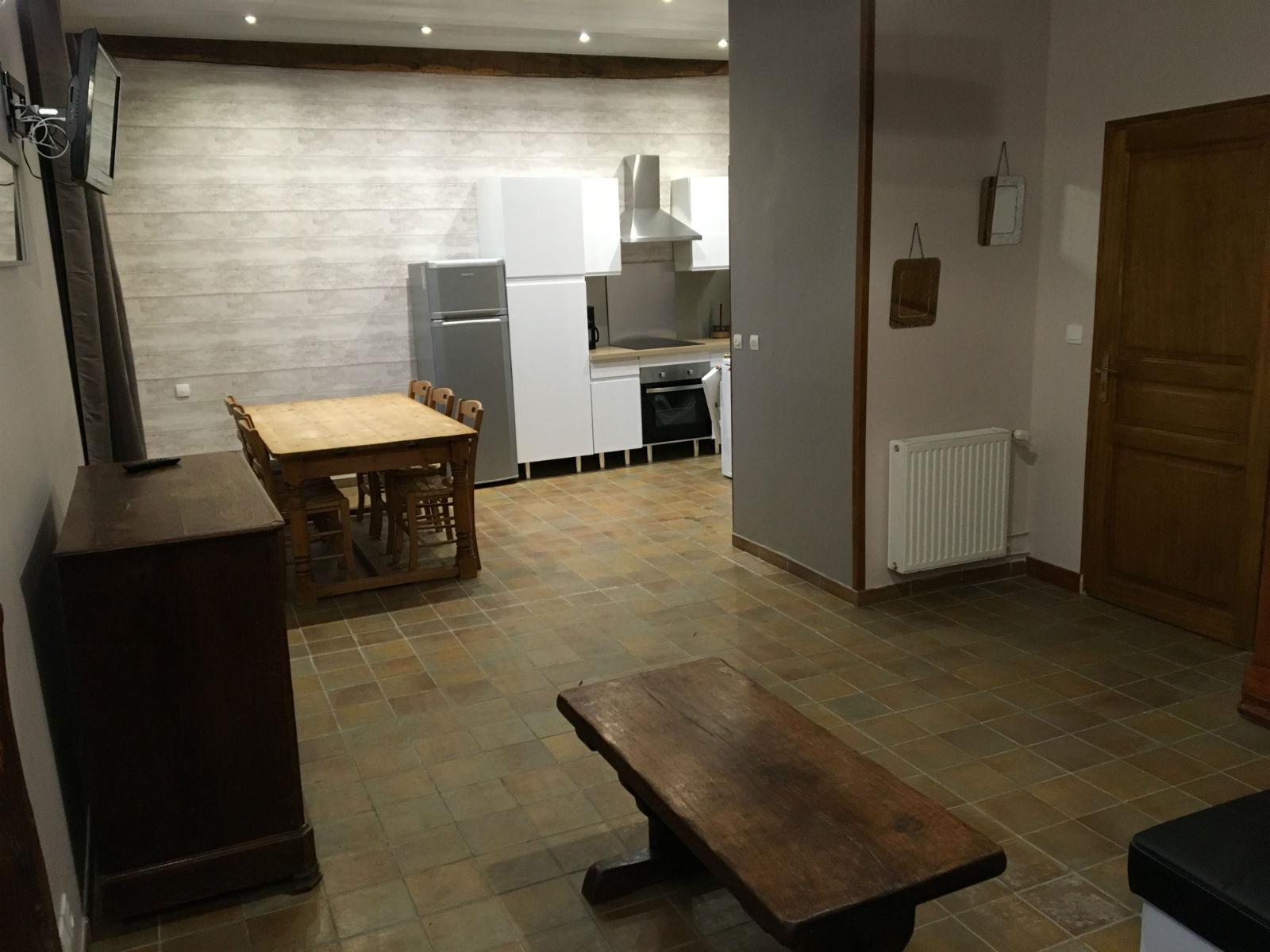 Grande pièce à vivre : cuisine et salle à manger.